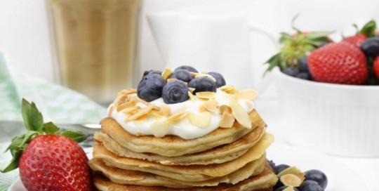 Chia Pancakes mit Heidelbeeren und gerösteten Mandeln