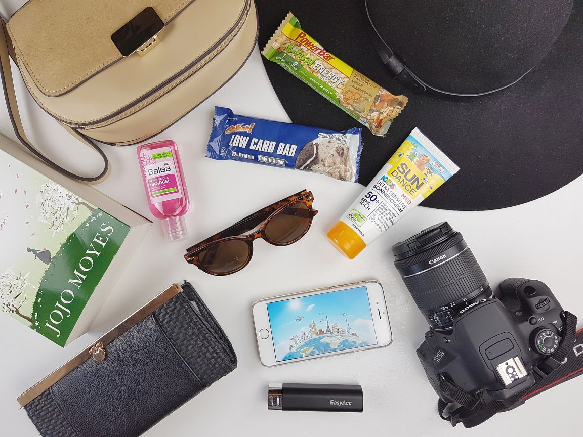 Travel-Essentials, Reise, reisen must haves, Travel, Essentials, Brille, Camera, Kamera, Sonnencreme, Hut, Tasche, Geldbeutel, Handy, Smartphone, Riegel, Buch, Book, Akku, Handcreme, Sunclases