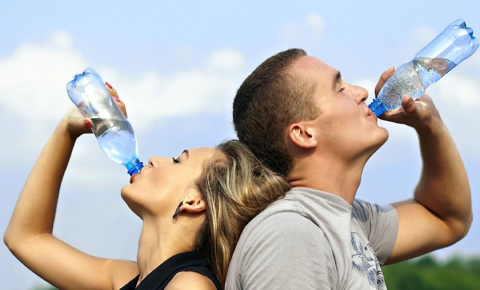 Tips, Tricks, verraten, trinken, mehr trinken, ausreichend, 2 Liter, 3 Liter, 4 Liter,Tag, Flüssigkeit, mindestens, Tagespensum, Zeit, Gewohnheiten, Kind, Problem, Wohlbefinden, Haut, Schwanger, vergessen, Feuchtigkeit, Müde, Müdigkeit, wenig, Körper, natürlich, Aktivitäten, Richtwert, Körpergewicht, Ernährung, Gesundheit, Gifte, Faktoren, straffere, jünger, Kopfschmerzen, Flasche, griffbereit, sichtbar, unterwegs, Rucksack, Handtasche, Geschmack, Getränkekonzentrate, Obst, Wasser, Saft, Zitrone, Beeren, Gurke, Glas, Hungergefühl, Durst, Zeitangabe, Handy, App, Water, Drink, Reminder, Water drink reminder, Tee, Winter, Sommer, Herbst, Frühjahr, Büro, Kanne, Mittagessen, Abendessen, Frühstück, frühs, mittags, abends, Familie, Partner, Fitness, Krafttraining, Sport, Laufen, Joggen, Hilfe, Problem, Mineralwasser, still, stillen, aufstehen, drinking-water-filter-singapore-1235578_960_720
