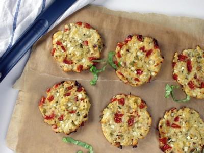 Hüttenkäsetaler mit Tomate und Kräutern, Huetenkaese mit Tomate und Kraeutern, Kaese, Basilikum