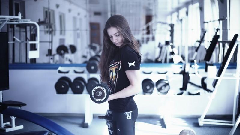 Fitnessstudio, Krafttraining, Gym, Anfänger, Girl, Sport, Hanteln, Gewicht, Gewichte heben