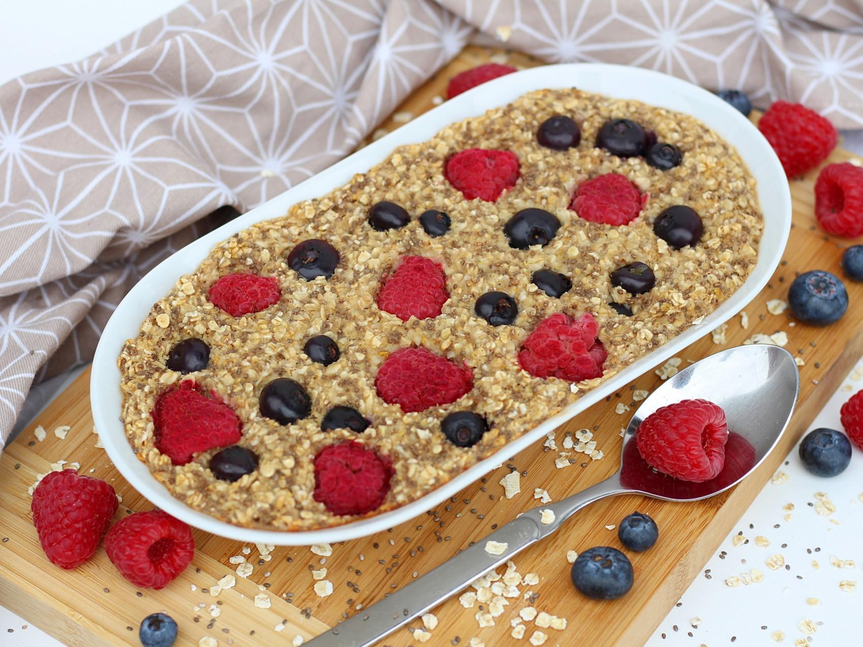 Veganes Baked Oatmeal mit Zimt und Beeren